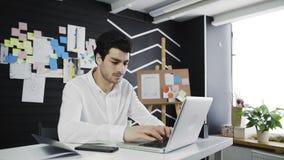 Broda mężczyzny początek Pracować na laptopie zbiory wideo