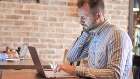 Broda przypadkowy mężczyzna z szyja bólem używać laptop zdjęcie wideo