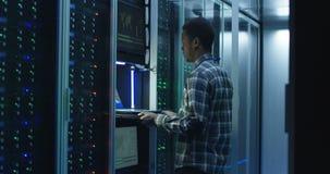 Brodaci amerykanin afrykańskiego pochodzenia IT specjalisty położenia serwery w centrum danych zdjęcie wideo
