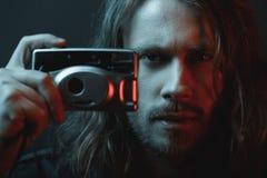 Brodaci potomstwa tęsk z włosami mężczyzna trzyma cyfrową kamerę Zdjęcia Royalty Free