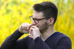 Brodata chłopiec używa nosa inhalator w parkowej płuco chorobie Zdjęcia Royalty Free