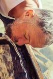 Brodata mężczyzna napojów woda zdjęcia royalty free
