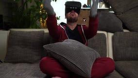 Brodata mężczyzna sztuka VR lub rzeczywistość wirtualna szkła gra, uśmiech i laught, zdjęcie wideo