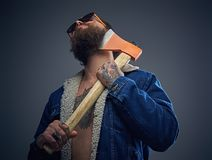 Brodata samiec w okularach przeciwsłonecznych trzyma cioskę Obraz Royalty Free