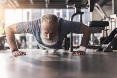 Brodata stara emeryt samiec ma trening w gym zdjęcie royalty free