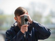 Brodatego mężczyzna fachowy kamerzysta obserwuje 8mm mo i strzela Obrazy Stock