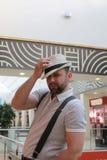 Brodatego mężczyzna salowy centrum handlowe zdjęcia stock