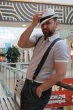 Brodatego mężczyzna salowy centrum handlowe zdjęcie royalty free