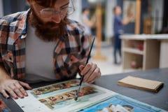 Brodaty artysta Pracuje na obrazie olejnym w studiu zdjęcie stock