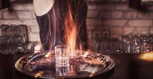 Brodaty barman nalewa cynamon w koktajl obrazy stock