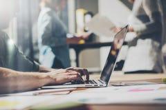Brodaty biznesmen pracuje z drużynowym nowym projektem Rodzajowy projekta notatnik na drewno stole Analizuje plan ręki, klawiatur Obraz Royalty Free