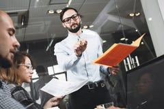 Brodaty biznesmen przedstawia nowego projekt HR kierownika zachowania Obraz Stock