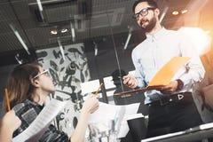 Brodaty biznesowy mężczyzna w szkłach przedstawia nowego projekt w dużej przegranej przestrzeni Obrazy Royalty Free