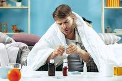 Brodaty chory mężczyzna z płomienicy obsiadaniem na kanapie w domu Choroba, grypa, bólowy pojęcie domowy relaks Opieka zdrowotna zdjęcia royalty free