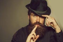Brodaty d?entelmen w czarnym retro kapeluszu zdjęcia royalty free