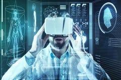 Brodaty doktorski uczucie imponujący podczas gdy będący ubranym rzeczywistość wirtualna szkła zdjęcie royalty free