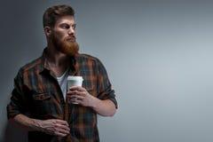 Brodaty elegancki mężczyzna z filiżanką kawy Zdjęcie Royalty Free
