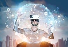 Brodaty facet w VR szkłach i globalnej sieci Zdjęcie Royalty Free