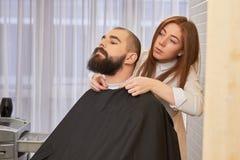 Brodaty facet w zakładzie fryzjerskim Zdjęcie Royalty Free
