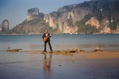 brodaty facet z gitarą przeciw wyspie Obraz Stock