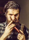 Brodaty fryzjera męskiego mężczyzna z żyletką obraz royalty free
