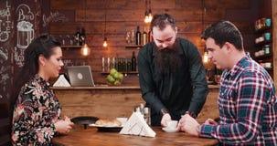 Brodaty kelnera dowiezienia cofffee i croissants wspaniały inlove dobieramy się zbiory wideo