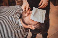 Brodaty klient właśnie dostać dobrego beardcare od modnego fryzjera męskiego obraz stock
