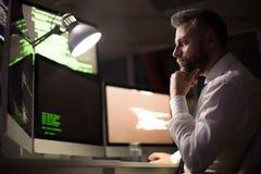 Brodaty koder Koncentrujący na pracie zdjęcie stock