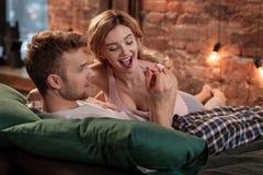 Brodaty mąż patrzeje pozytywnego ciążowego test jego ukochany zdjęcia royalty free
