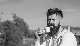 Brodaty mężczyzna z kawa espresso kubkiem, napoje kawowi pojęcia stary kawa się wziąć Mężczyzna z długą brodą patrzeje surowym i  fotografia royalty free