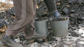 Brodaty mężczyzna ładuje węglową łopatę w zimie w Rosyjskiej wiosce zdjęcie wideo