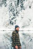 Brodaty mężczyzna chodzi samotnego jeziora i lasu zimy krajobraz Zdjęcia Royalty Free