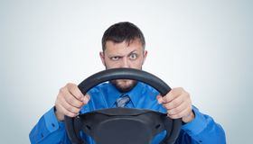 Brodaty mężczyzna kierowca z kierownicą, auto pojęcie obrazy royalty free