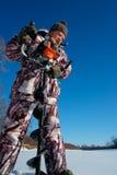 Brodaty mężczyzna musztruje lodowej dziury automatyczny moto bur dla zima połowu przy słonecznym dniem pod niebieskim niebem Obrazy Royalty Free