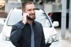 Brodaty mężczyzna opowiada na telefonie zdjęcie stock