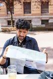 Brodaty mężczyzna patrzeje mapę Zdjęcia Stock