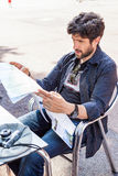 Brodaty mężczyzna patrzeje mapę Obrazy Stock