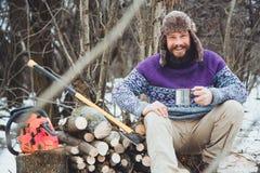 Brodaty mężczyzna pije herbaty w lesie Zdjęcia Royalty Free