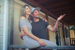 Brodaty mężczyzna pokazuje jego żonie coś na odległości Fotografia Royalty Free
