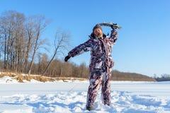 Brodaty mężczyzna próbuje zatrzaskiwać ciebie zamarzniętą ryba po pomyślnego zima połowu przy zimnym słonecznym dniem Obrazy Stock