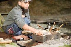 Brodaty mężczyzna przygotowywa kawę w górach Carpathians, Ukraina Obraz Royalty Free