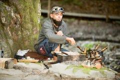 Brodaty mężczyzna przygotowywa kawę w górach Carpathians, Ukraina Zdjęcia Royalty Free