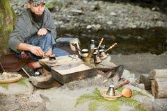 Brodaty mężczyzna przygotowywa kawę w górach Carpathians, Ukraina Obraz Stock