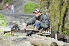 Brodaty mężczyzna przygotowywa kawę w górach Carpathians, Ukraina Obrazy Royalty Free