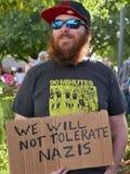 Brodaty mężczyzna trzyma ` no tolerujemy Nazis ` znaka Zdjęcia Stock