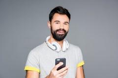 Brodaty mężczyzna używa smartphone Fotografia Royalty Free