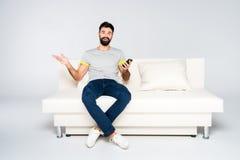 Brodaty mężczyzna używa smartphone Zdjęcie Stock