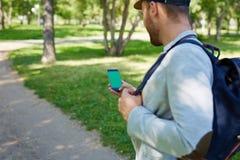 Brodaty mężczyzna używa smartphone fotografia stock
