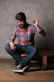 Brodaty mężczyzna w kolorowej koszula pokazuje OK Zdjęcia Stock