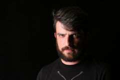 Brodaty mężczyzna w koszulce z poważnym spojrzeniem zakończenie W górę czerń Fotografia Royalty Free